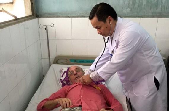 Bác sĩ Nguyễn Khắc Vui thăm khám cho bệnh nhân người nước ngoài