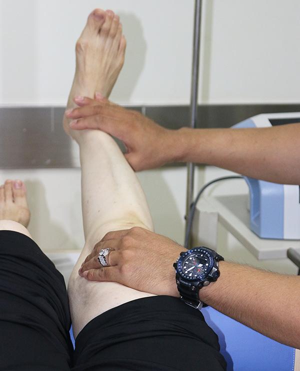 H 3 Kỹ thuật viên BVQT Minh Anh hướng dẫn BN các động tác giúp khớp gối khỏe 1