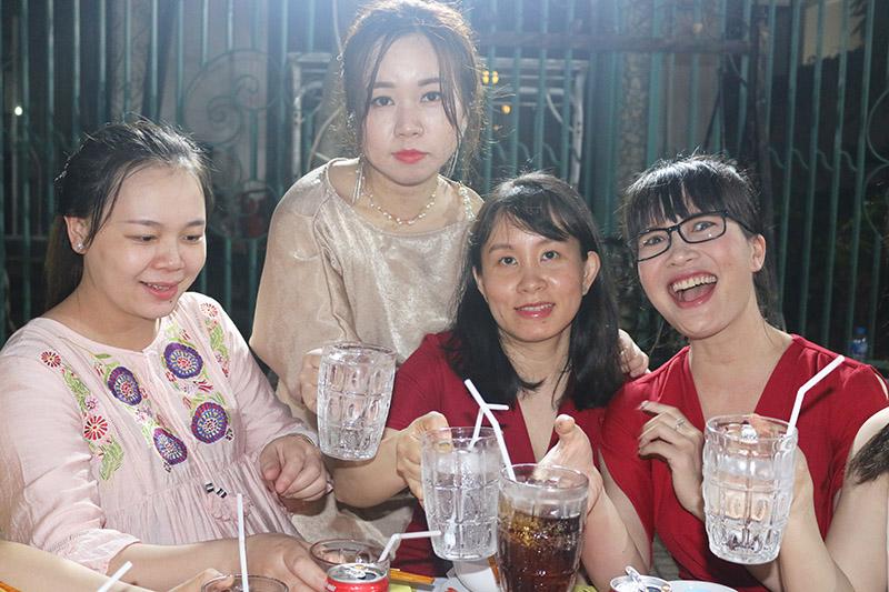 H 4 Mọi người vui vẻ tham dự tiệc mặn
